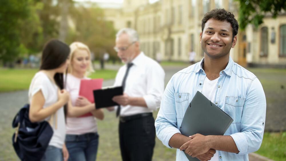 老師與學生討論澳洲留學科系